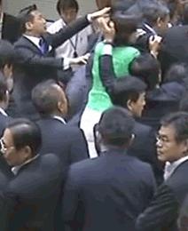 また民主党のウソだったのか? RT @aobamaru7: 緑色の女、速記机から自分で降りてるよね。  蓮舫の発言(フジ報道2001) 「私どもの牧山議員は自民党議員によって足を引っ張られてテーブルから引きずり落とされました。」  http://t.co/T09Jiu7Xkl