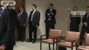 【プーチンに小走りに駆け寄り握手する安倍首相】 看到普京在等自己 安倍一路小跑去握手 http://t.co/HA8gRNJjAC 中国報道でアップされていたGIFアニメはこちら。 http://t.co/JAIC36SRgZ