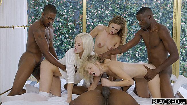 Секс две девушки из группы поддержки трахаются с негром фото жен