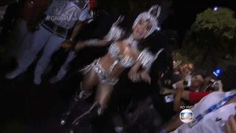 Destaque de chão da #Mocidade, @Anitta mostra samba no pé. Acompanhe ao vivo: https://t.co/5CyPyeQIGs #Globeleza https://t.co/V0UAXQbn10