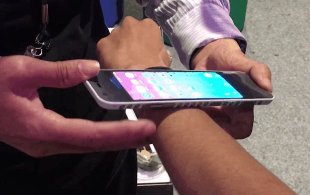 Lenovo's bendy CPlus concept phone, in action, modeled on @zeeohmara. #LenovoTechWorld @CNET https://t.co/80aQ6iITPr