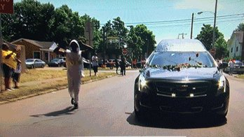 A random but powerful moment from the procession. #AliFuneral #thepeopleschamp https://t.co/cVJLReJgZi