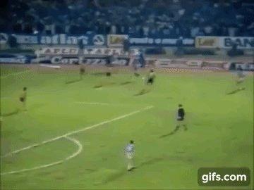 Há 33 anos, o @Gremio ganhava a sua primeira Libertadores e pintava a América de Azul, Preto e Branco. #Grêmio https://t.co/99ozijdvfy