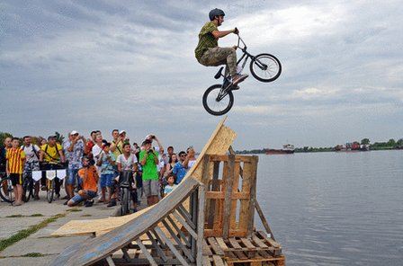 Херсонские велосипедисты в День Независимости Украины прыгали в Днепр