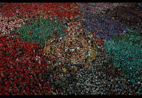 Hypnotic pictures from Catalan human towers, the castells... > https://t.co/bul3gR1PtB https://t.co/K7hX3UKEar