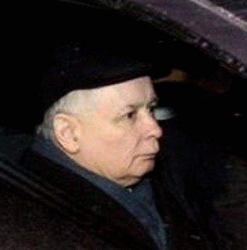 Oglądałem zdjęcia z wyjazdu Kaczyńskiego z Sejmu w piątek i dzisiaj z Wawelu, no gif się niemal sam zrobił. https://t.co/5rGDgCxO0U