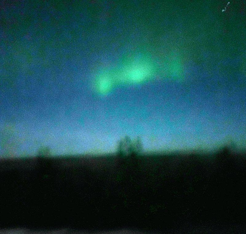昨晩は残念ながらオーロラを見る事は出来ませんでした。一昨日(22日深夜)に見たオーロラの写真です。(iPhone +Slow Shutterでの撮影。23rd 1:30AM @ Fairbanks, AK) #Fairbanks #フェアバンクス #Aurora #NorthernLight