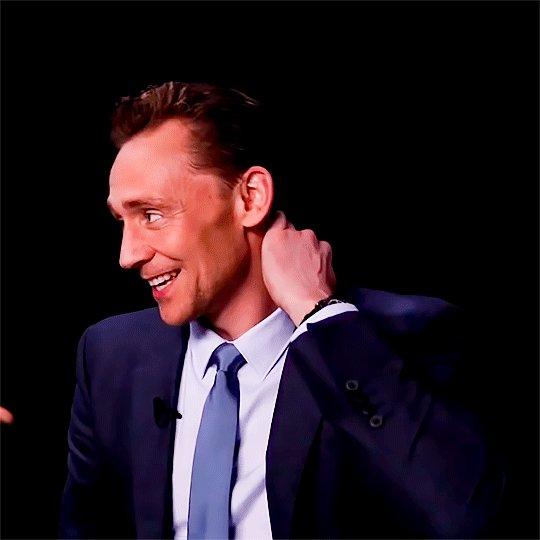 転職の面接、私以外黒のリクルートスーツに白シャツだー!私は紺のスーツにブラウス、なんてこった?
