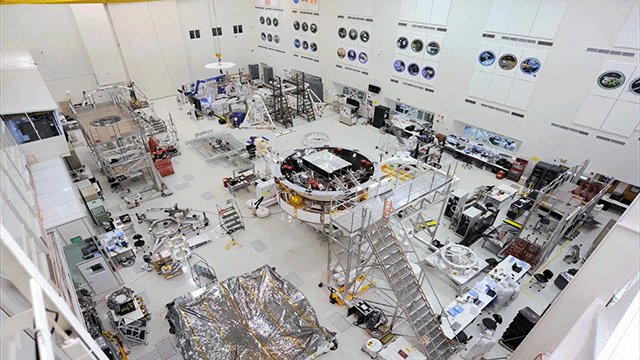 So flippin' cool! Here's #Mars2020 getting prepped. Check out how we stacked, flipped and packed our next rover for testing: go.nasa.gov/2GlN9DG