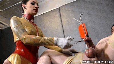 Госпожа отрывает яйца рабу принятия