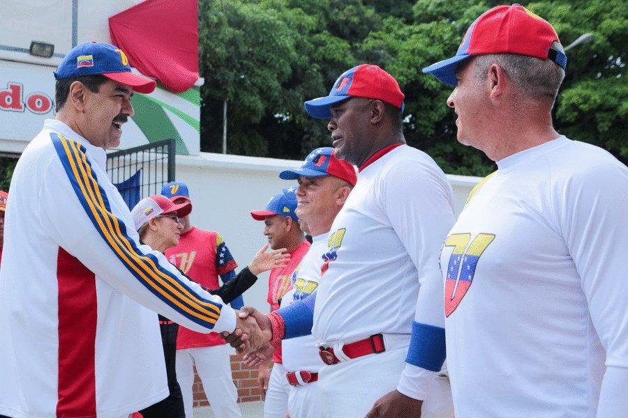 #EnFotos   Así se desarrolla el juego amistoso de sóftbol entre el Gabinete Ejecutivo y el cuerpo de Generales y Almirantes de la #FANB
