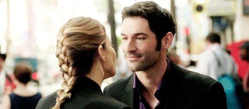Trovatemi qualcuno che mi guardi come Lucifer guarda Chloe. 😍😍💘 Trovatemi anche qualcuno che dica a @netflix di sbrigarsi a rinnovare la 5 stagione di #Lucifer. 😂#Please. @netflix #RenewLucifer #thanks