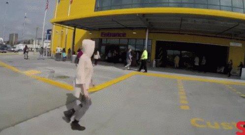 @crislata @boticapop WHOA! 👏👏👏 El de Burbank lo movieron a otro lado en Burbnk y es GIGANTE. Y está en... IKEA way. Sí, le hicieron su calle.