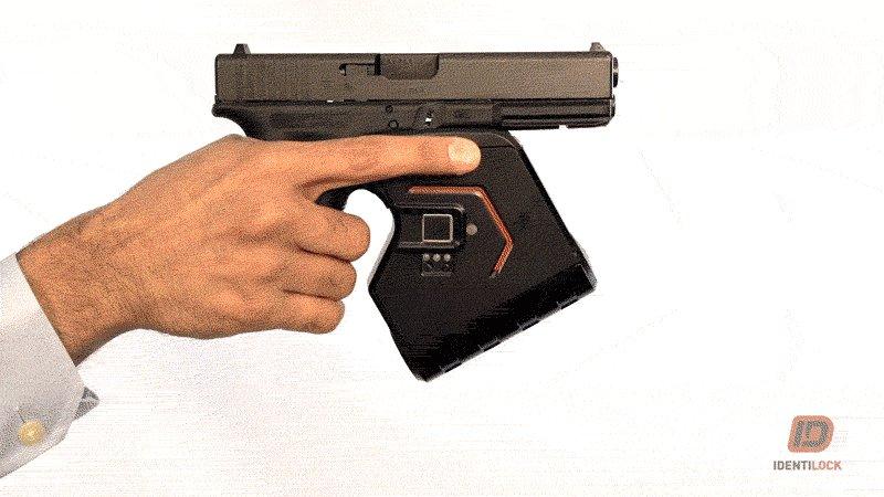 素人回答ですが、拳銃の個人認証市販レベルまで行っているかどうかは分かりませんが、あります。ただ、もし故障等で「使いたい時に使えなかったら困る」という理由や、こういった機器は米国が進んでいるのですが、武器を使う権利が侵されるという理由で普及してないのが実情のようですね…。>RT