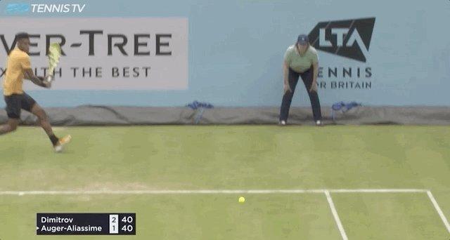 Dimitrov booming a backhand.  @TennisTV #QueensTennis
