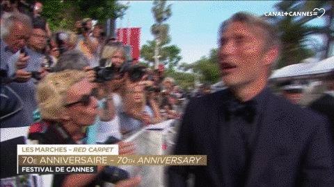 😂 Surtout on n'oublie pas, on regarde à droite et à gauche avant de traverser #MadsMikkelsen #Cannes70 #Cannes2017