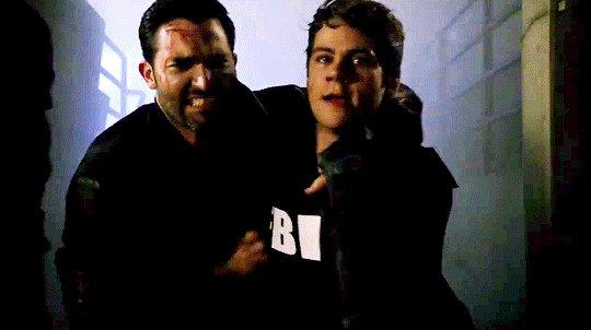 GIF | Stiles i Derek w 6B #TeenWolf - nie wiem czy zauważyliście aby Stiles ma koszulkę 'FBI'
