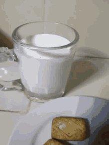 #FelizLunes a tod@s menos a l@s que no mojáis los dedos cuando metéis las galletas en leche. https://t.co/0eC5zQZwJ5
