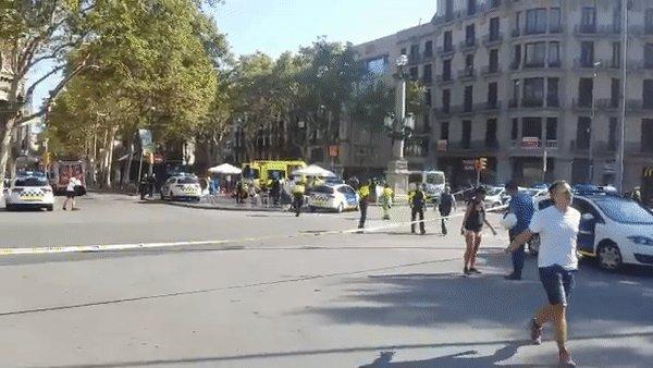 При наезде автомобиля на пешеходов в Барселоне пострадали по меньшей м...