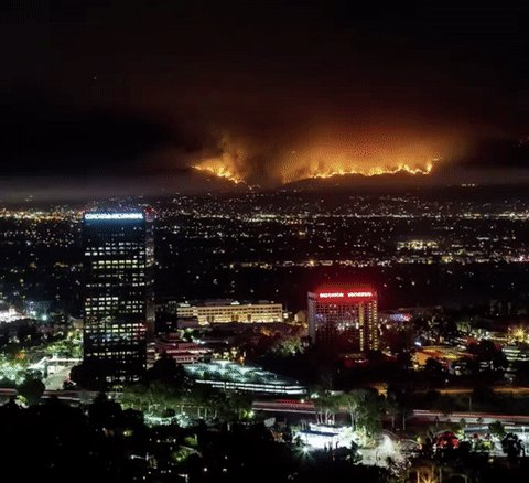 the images of the massive fire burning in LA are unreal https://t.co/C8LwWv34JS https://t.co/1Pdo9A5Yh5