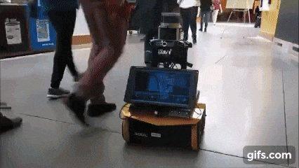 MIT、人込みでも群衆を回避しながら走行するソーシャルドライブ可能な自律型ロボットを開発。強化学習による訓練で経路を1/10秒ごとに調整し毎秒1.2mで走行