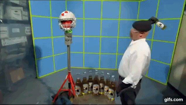 """ディスカバリーチャンネル「怪しい伝説」での「ビール瓶で頭を殴って気絶させられる?」の検証実験。 """"映画で使われるのは飴で作られたとても柔らかい瓶。本物のビール瓶で殴ったら間違いなく死亡または重症""""という当たり前の結果だった"""