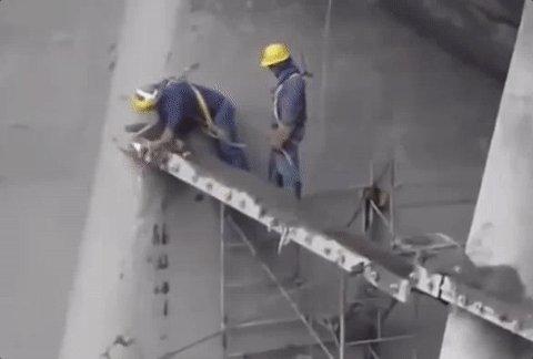 高所作業でハーネスが必要な理由なのだ。2m以上の作業床では墜落防止措置が義務付けられているのだ。腰巻きの安全帯は2022年1月から原則禁止になるから、それまでに新規格に適した装具を用意するのだ。