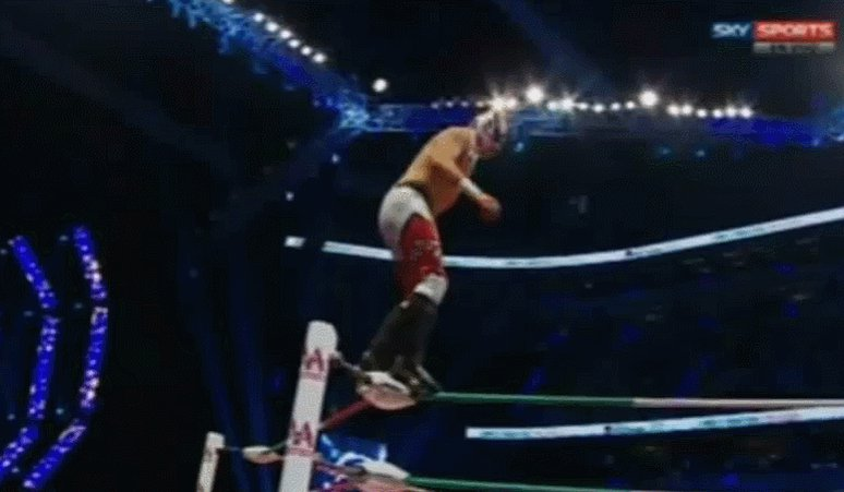 .@ReyFenixMx walks rope-to-rope & hits a double corkscrew plancha!