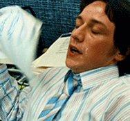 Fabrizio Moro con la camicia sbottonata...