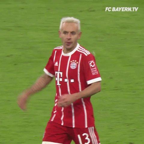 Ein Eigentor bringt den #FCBayern mit 2:0 in Führung. Oder war das gewollt, Rafa? 😉 @R13_official #BJKFCB