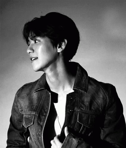 The guy below is Baekhyun!! And he had 400k+ pre-orders for his debut album CITY LIGHTS! 😂 The coincidence with the number and gif! 😂  Anyway, check out UN Village, the title track of CITY LIGHTS! https://youtu.be/-EfjXQgE1e8  @B_hundred_Hyun @weareoneEXO  #MGMAVOTE #EXO