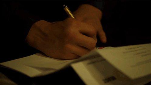 Aquí, terminando de firmar los papeles d...