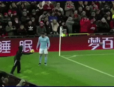 Throwback to when Man City were beating Man Utd at Old Trafford and Kyle Walker did this. 😂