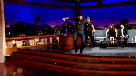 クレアがハイヒールで爆走するシーンあんなに早く走れるわけないだろ!ってツッコまれて番組で実際にハイヒール履いて走り回るクリプラめちゃくちゃ可愛くないですか #ジュラシックワールド