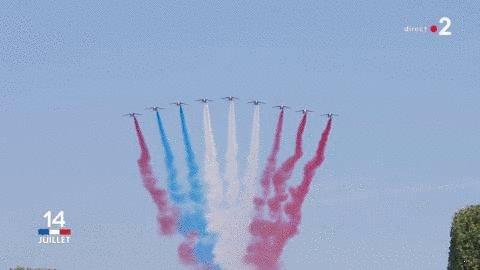 Regardez bien le drapeau tracé par la Patrouille de France... 🤔