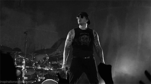 HAPPY BIRTHDAY TO ONE OF THE GREAT SINGERS OF MUSIC, I HOPE THAT YOU MAKE MANY MORE M.SHADOWS