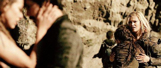 Clarke guarda Finn baciare Raven e nella mia testa parte inevitabilmente questa scena. #The100  - Ukustom
