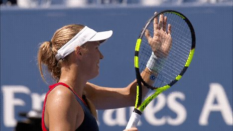 .@CaroWozniacki glides into R2 after a 6-3, 6-2 victory over Stosur... #USOpen ms.spr.ly/2018-us-open-w…