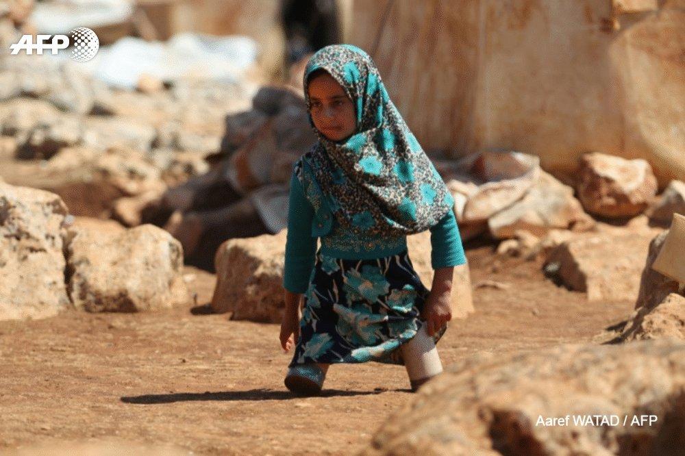 Elle avait ému les réseaux sociaux avec des photos la montrant se traîner au sol avec de fausses prothèses faites de boîtes de conserve. Cinq mois plus tard, la petite Syrienne Maya Merhi peut enfin remarcher grâce à des jambes artificielles http://u.afp.com/oCnG #AFP