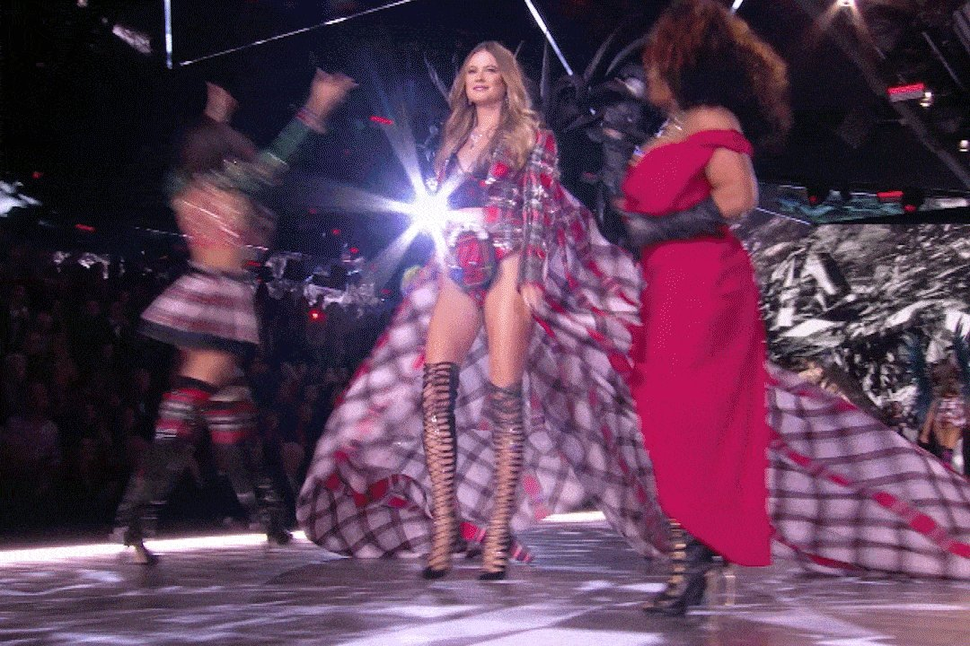 Don't settle until you find the @adamlevine to your @beeprinsloo ❤️ #VSFashionShow