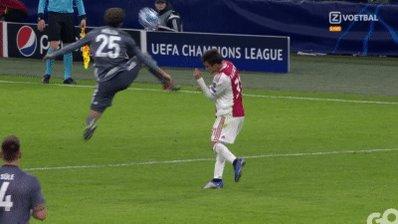 Ajax - Bayern Munchen: Schandalige overtreding Thomas Müller