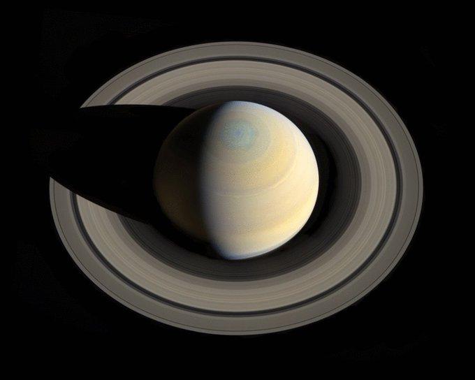 Hubble nous livre des images incroyables des aurores de Saturne DuotJ91V4AA7H8s?format=jpg&name=small