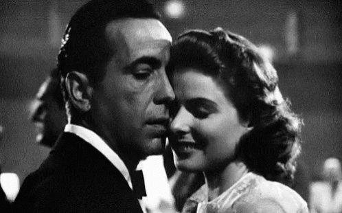 Murieron los domingos de manos clandestinas, a oscuras. Derruyeron el decrépito cine, hicieron un hotel. Una rescató una bobina de las ruinas: Casablanca. Otra calculó donde estuvo la pantalla. Reservaron la 127, para amarse donde Lisa y Rick se besaron. Así fue.   #microrrelato