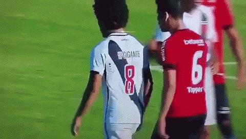 RT @museuvasco: Douglas Luiz leva dedada de jogador do Brasil de Pelotas | 5 de novembro de 2016 https://t.co/q7nb5Erywj