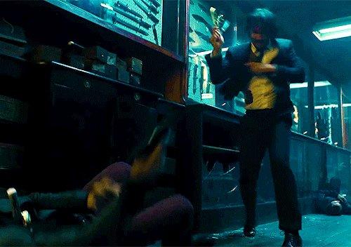 『ジョン・ウィック パラベラム』 のナイフバトルシーンで、ジョンさんが倒れた敵にナイフを投げまくるところは、ジョンさんの非情さが突き抜けすぎててかなりシュール。作品の中でも上位に来るお気に入りのシーンです。
