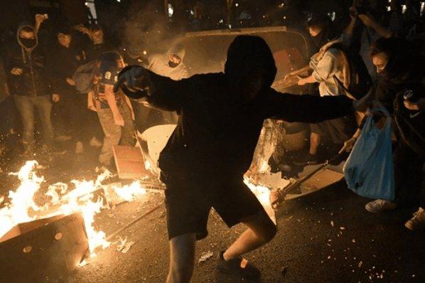 スペイン北東部カタルーニャ自治州の州都バルセロナでは17日、独立派の州政治家9人に対する実刑判決に抗議するデモが4日目を迎え、市中心部で機動隊と新たな衝突が発生した。18日には大規模なデモが予定され、独立派はゼネストを呼び掛けている。