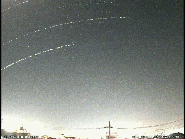 ふたご座流星群、活発に活動しています。これは2019年12月14日19時~24時に流れた流星たちを、平塚から南に向けた広角カメラで見た様子です。円弧は星の軌跡で、5時間で流れた流星を一度に流しています。これから3時頃まで放射点が高いので、たくさんの流星を見ることができます。
