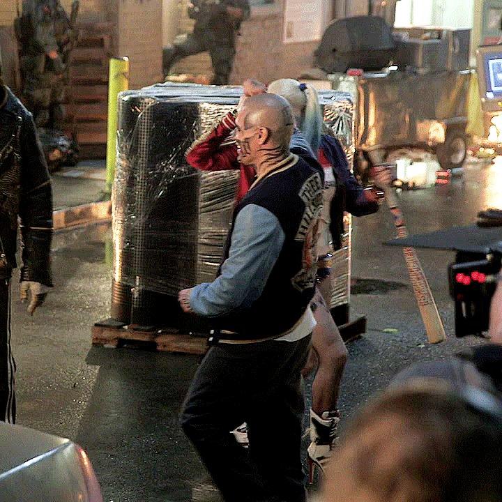 Margot Robbie dançando vestida de Harley Quinn no set de Esquadrão Suicida em 2015 💃