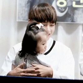 HALF AN HOUR !!!!! let me distract you with this super sweet gif of Taehyung with a child 🥺🥺💜 @BTS_twt #concept4