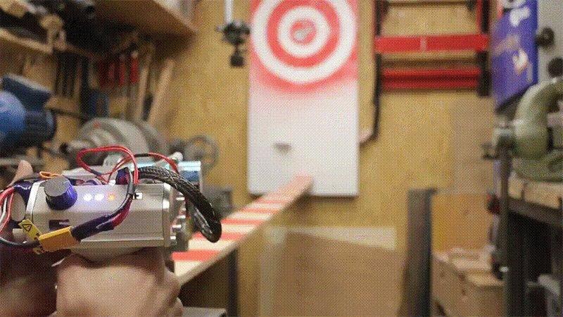 指、気を付けて! 時速200kmでトランプが飛び出す銃